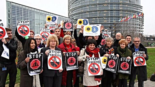 EU-medlemmer af The Green Party tilkendegiver foran EU-parlamentsbygningen deres holdning til fracking. Foto: Greens EFA/flickr