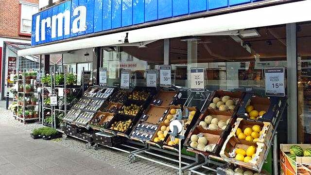 Kunder i Irma kan ikke længere købe konventionelle gulerødder eller bananer. Kun de økologiske bliver solgt fra og med næste uge. Foto: Finn Årup Nielsen