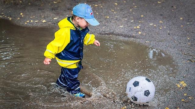 Fire blødgørende stoffer, der bl.a. findes i regntøj, bliver forbudt i en række hverdagsprodukter i EU. Foto: Pixabay