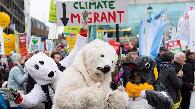 Over 50.000 mennesker gik på gaden i London under klimatopmødet i Paris for at gøre opmærksom på klimaforandringerne. Allerede nu er et af delmålene i aftalen ved at blive overskredet. Foto: Matthew Kirby/flickr