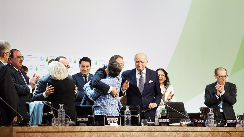 Ikke engang et år efter, at lederne krammede hinanden til klimatopmødet, kan aftalen træde i kraft. Det er tidligere end forventet. Foto: Iga Gozdowska/flickr