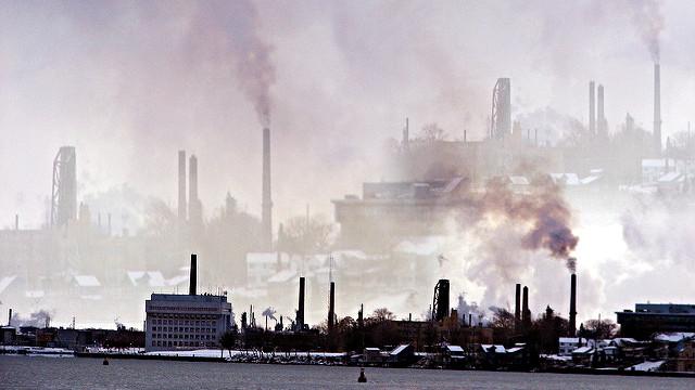 """Luftforureningen koster milliarder, viser et nyt studie fra USA. Her ses """"Chemical Valley"""", der godt nok ligger i Canada, men så tæt på grænsen til USA, at billedet er taget i USA. Foto: mdprovost/flickr"""
