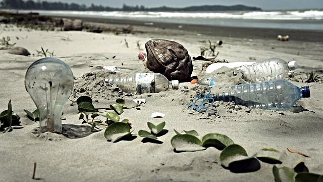 Vi overforbruger Jordens ressourcer og forurener miljøet. Det er, som om vi interesserer os mere for andre planeter end vores egen, lyder det fra en klummeskribent. Her ses skrald på en strand på Malaysia. Foto: epSos.de/flickr
