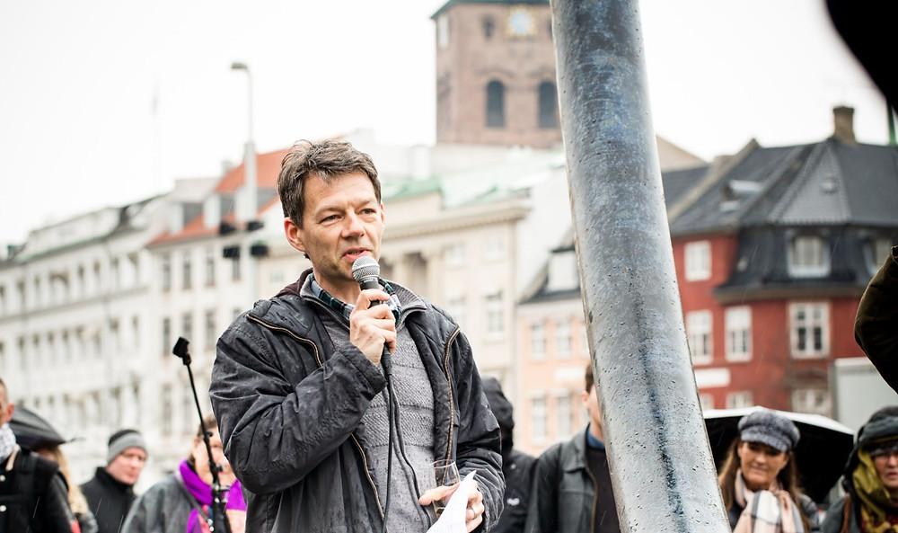 En grøn omstilling koster måske på kort sigt, men kan betale sig på lang sigt, siger Alternativets miljø- og klimaordfører, Christian Poll. Foto: Alternativet