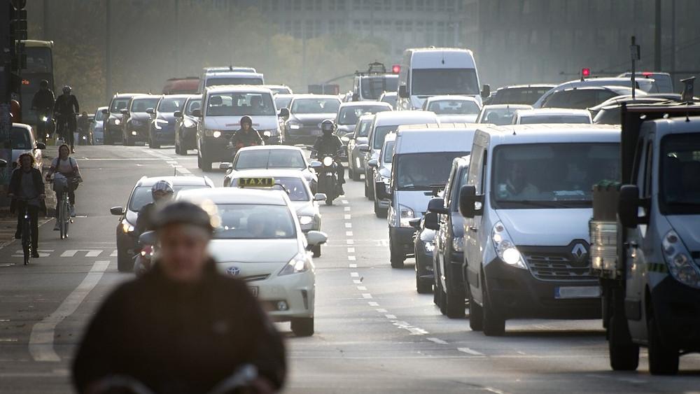 Billedet viser en trafikeret vej