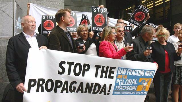 Medlemmer af Europaparlementet demonstrerer med miljøaktivister mod fracking. Foto: GreensEFA/flickr