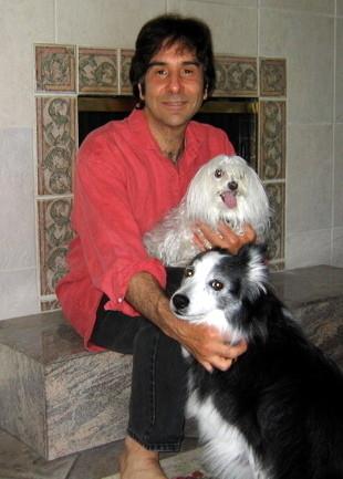 Gary L. Francione mener, at mennesket bør stoppe sin udnyttelse af dyr. Han ses hermed sine to hunde, Mollie og Katie, som han reddede fra et internat, hvor de i sidste ende var blevet aflivet. Foto: Wikimedia Commons
