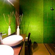 Grama sintetica parede banheiro.jpg