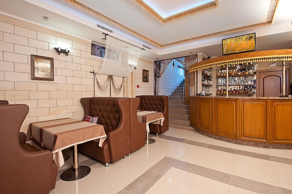 Разнообразие напитков в баре отеля