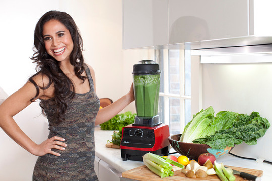Kimberly Snyder making the Glowing Green Smoothie (GGS)