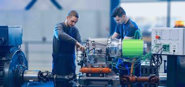 Na je opleiding kun je bijvoorbeeld aan de slag gaan met projecten als het proefdraaien van deze hybride motor.