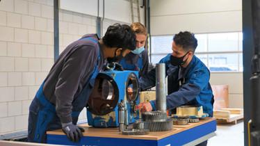 Je praktijkbegeleider geeft je uitleg over de werking van de onderdelen van een echte tandwielkast uit de fabriek.