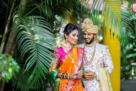 maharashtrian wedding candid photography pose