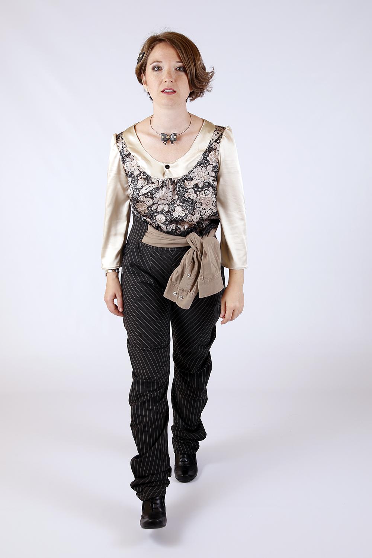 Blouse à fleurs et Pantalon gris ray
