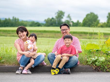 子どもと家族の写真(北海道美瑛町)