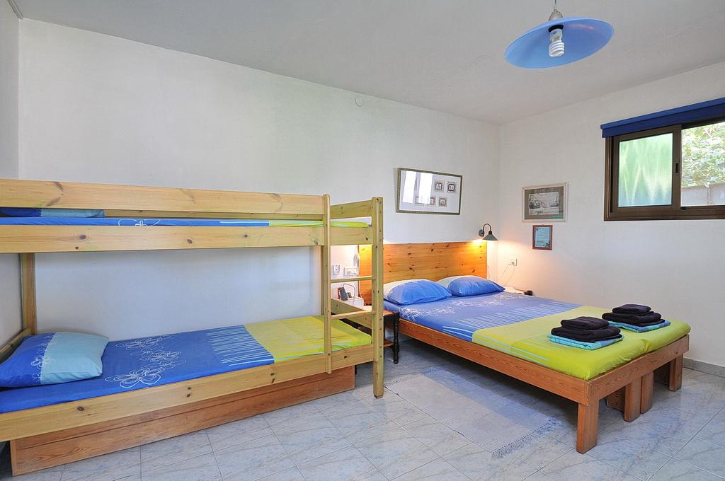 מיטה זוגית ומיטת קומותיים