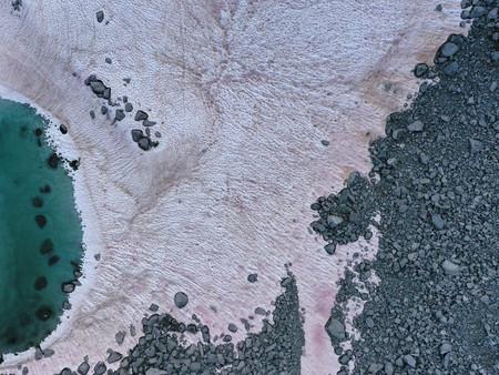Misterio en Los Alpes, la nieve se vuelve rosa