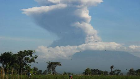 Volcán Merapi en Indonesia entra en erupción y arroja columna de 6 km de altura
