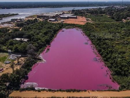 Laguna se tiñe de rosa en Paraguay, estudios revelan alta contaminación y ausencia de vida acuática