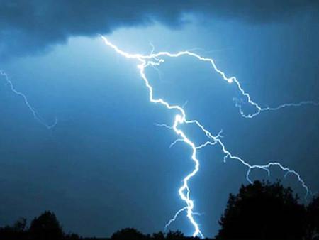 Tormenta eléctrica causa estragos, más de 80 personas sin vida debido a los rayos