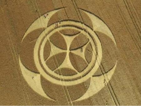 Crop Circle gigantesco aparece misteriosamente en una granja en Francia