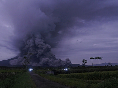 Miles de personas huyen debido a intensa actividad volcánica en Indonesia