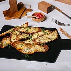 Слайсы черного хлеба и острого сыра