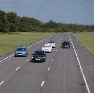 Schwarmtests mit mehreren Fahrzeugen sowohl auf der Strecke als auch in der virtuellen Welt.