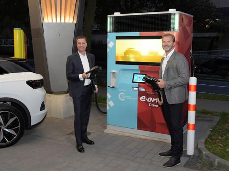 E.ON und Volkswagen bringen Schnelllader mit Speicher-Batterie auf den Markt
