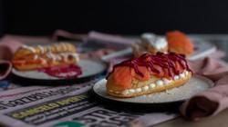 Eclair salmone, formaggio e barbabietola
