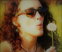 """ F r a n c e s c a Br i g o  Operatore Olistico Professione disciplinata ai sensi della Legge 4/2013 Iscritta associazione di categoria SIAF Italia n° VE2841-OP   Da che io ne abbia ricordo ho rincorso e incontrato percorsi che mi hanno via, via avvicinato a ciò che sta al di sopra, ad un ordine, un'entità, un tutto che è, in definitiva, """"equilibrio"""". Lo yoga, la psicologia, la religione, lo sciamanesimo, svariate tecniche motivazionali, il training autogeno, la filosofia. Ho sempre amato comunicare e condividere le esperienze con il prossimo. Ho studiato lingue ( inglese, francese, spagnolo) per poter espandere il più possibile la condivisione e la comunicazione. Tutto ha concorso a preparare il mio cammino fino al momento in cui ho deciso di frequentare un'Accademia per operatori olistici in Ayurveda e massaggi, nel suo percorso professionale biennale. Gli argomenti trattati, e gli immediati e tangibili riscontri su me stessa e sulle persone che iniziavo a seguire, mi hanno co"""