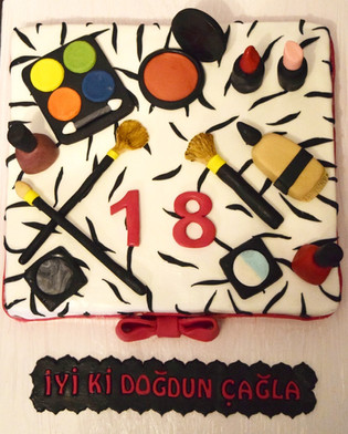 Makyaj Temalı 18 Yaş Pastası