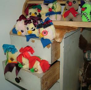 בובות במגירות