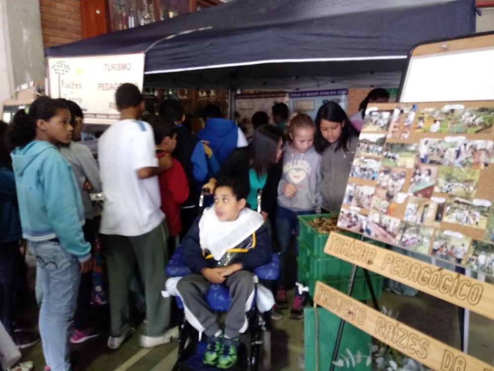 visitantes no stand do Projeto Raízes da Terra