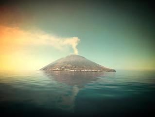 #Issue 18: Estrómboli y cómo la literatura nos enseña sobre volcanes y nosotros mismos.