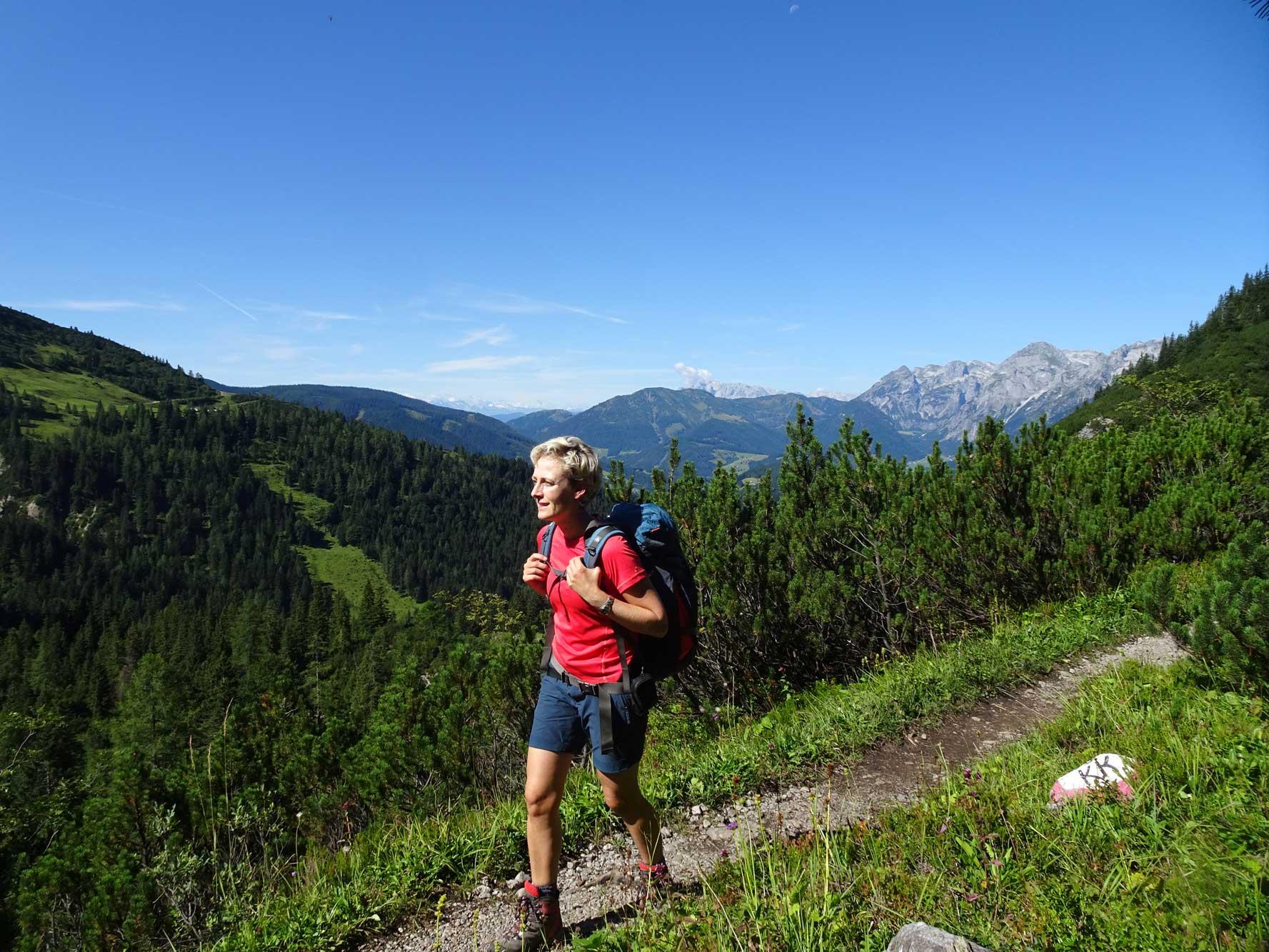 DachsteinHöhenRundweg-Gosaukamm-Tennengebirgsblick-Wanderer-2