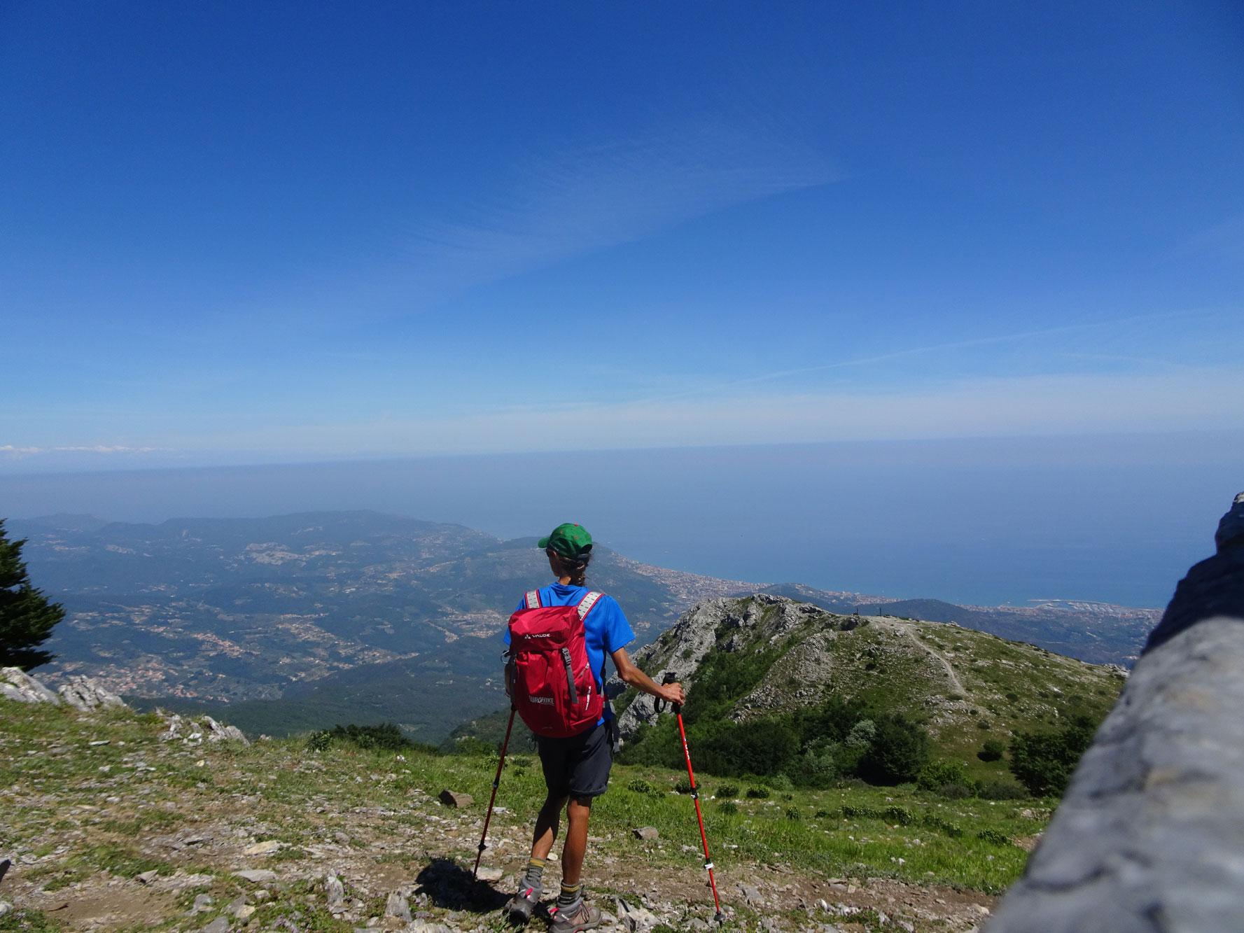 Piemont-Ligurien-Ligurische-Kueste-Panoramablick-Wanderer-1