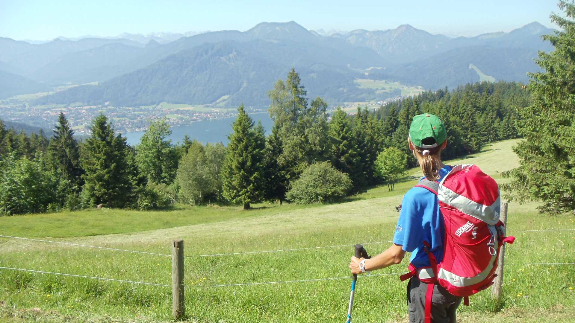 Bayerische-Alpen_Seeblick_Wanderer