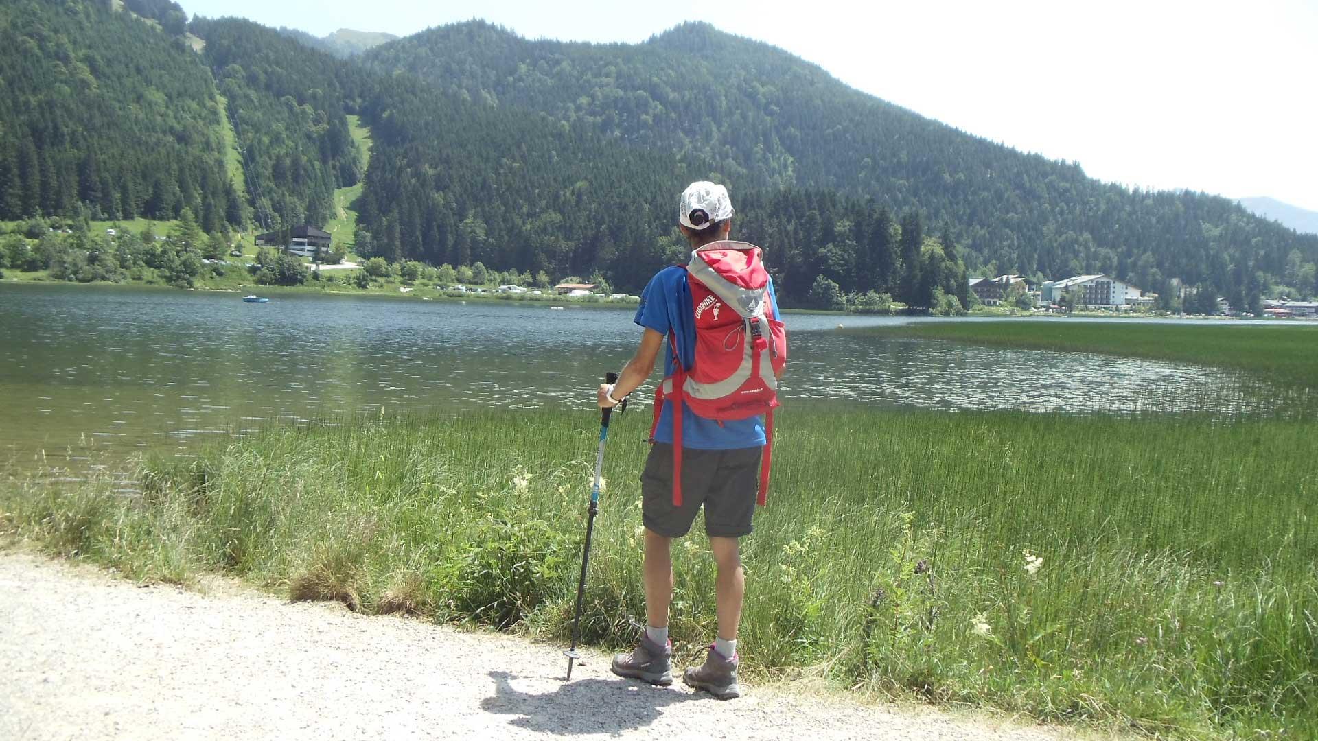 Bayerische-Alpen_See_Wanderer_2