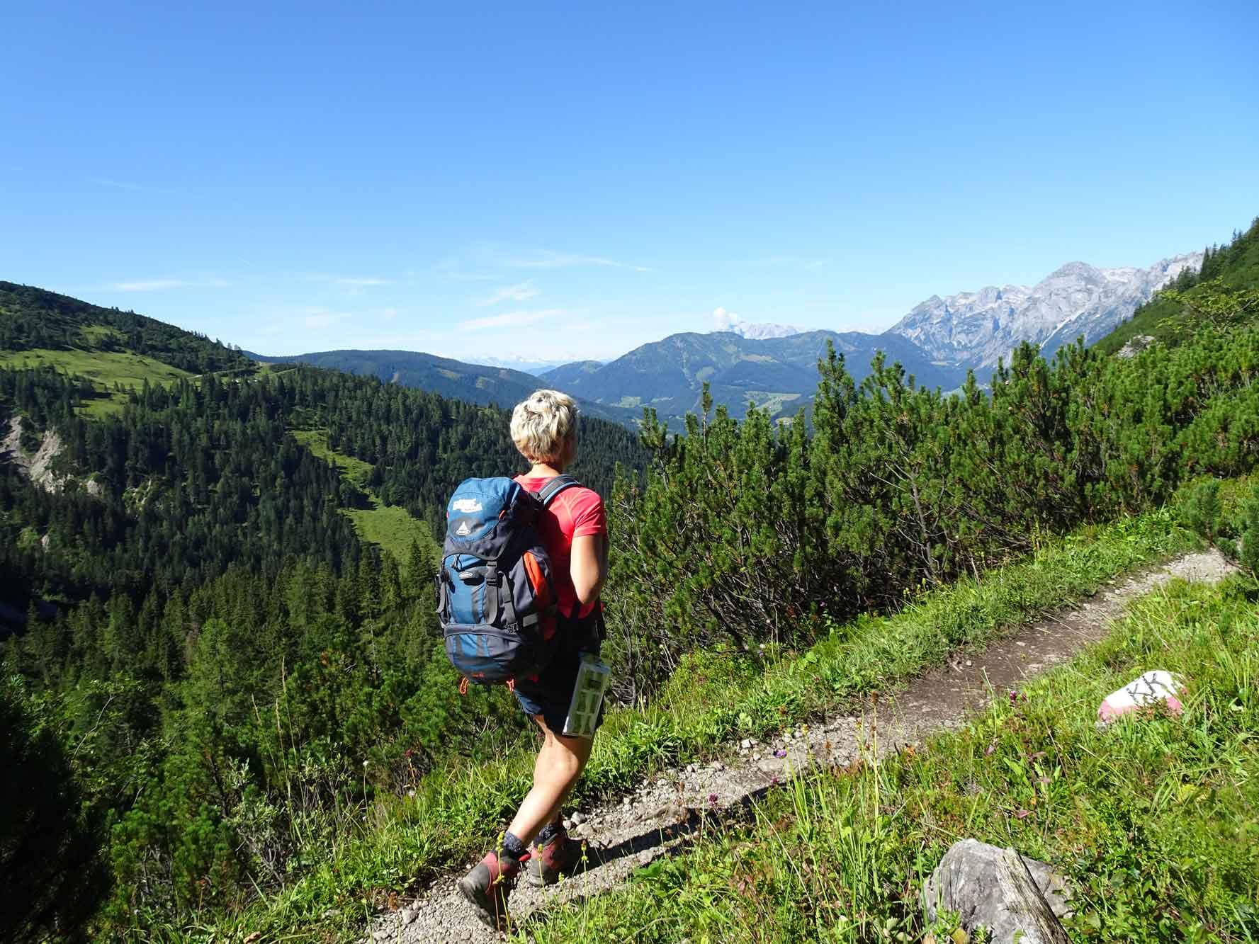 DachsteinHöhenRundweg-Gosaukamm-Tennengebirgsblick-Wanderer-1
