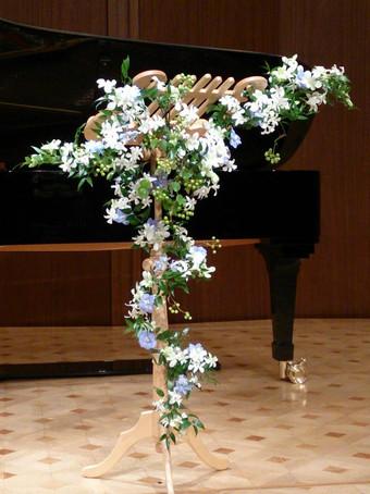 ソプラノとピアノのクラシックコンサートの舞台デコレーション