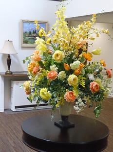 高齢者住宅のエントランスホールに飾る花