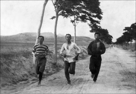 Νικητής στον πρώτο σύγχρονο Μαραθώνιο ήταν ο Χαρίλαος Βασιλάκος (μέση). Δεξιά του ο Λούης...