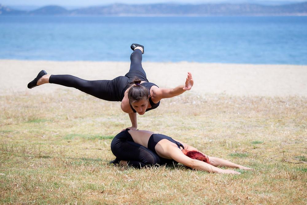 Η προπονήτρια Mariela Kirilova σε επιδειξη ακροβατικής γυμναστικής στην παραλία της Νέας Μάκρης | Φωτ.: AcroArt fb page