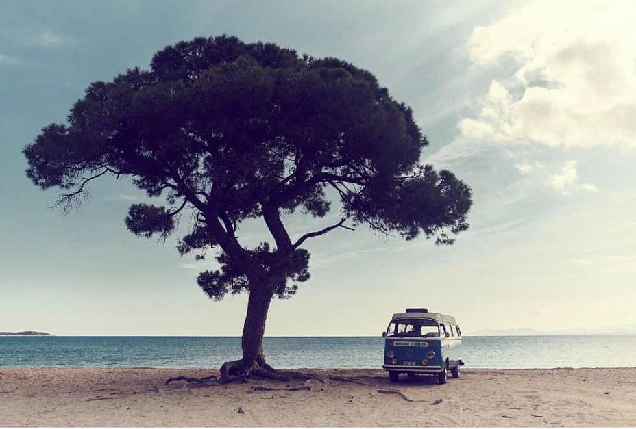 Volkswagen T1 California στην παραλία Σχινιά - Ο Σχινιάς ήταν ο παράδεισος των campers | Φωτ.: Thanassis Krikis