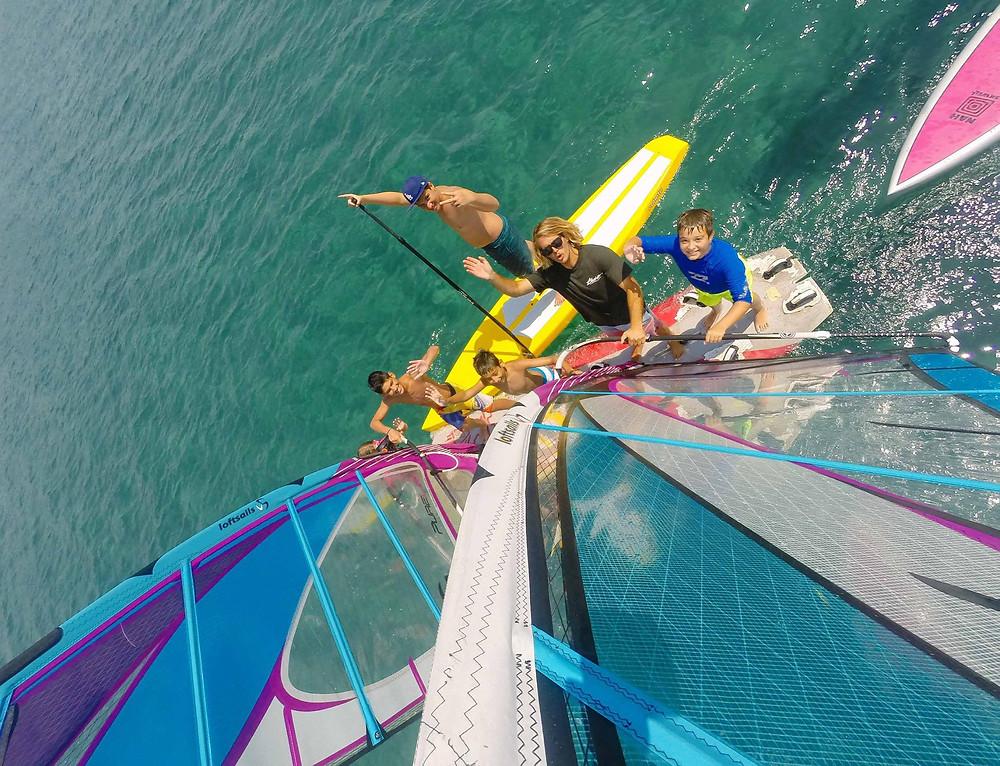 Ο Αλέξανδρος Μωραίτης διδάσκει Wind Surfing στο Moraitis Beach Bar | Pic. Fb Page