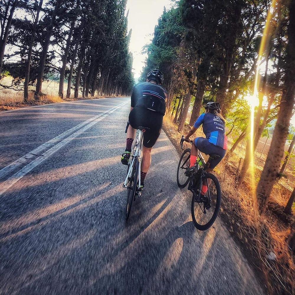 Η περιοχή του Μαραθώνασε πολυ μεγάλο ποσοστό αποτελείται από υπέροχες ευθείες, χωρίς κλήσεις διαδρομές ιδανικές για ποδηλασία. Η παντελής έλλειψη ποδηλατόδρομων είναι όμως ένα λυπηρό γεγονός. | Φωτ.: Insta @fennykarathanassi