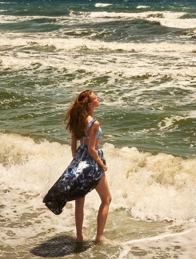 Η φωτογράφιση για το Harper's Bazaar Greece έγινε στην παραλία του Σχινιά, στο Moraitis Beach
