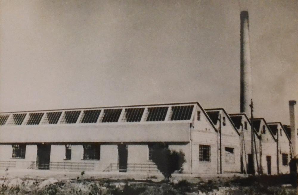 Η εξωτερική όψη του εργοστασίου πορσελάνης στη Νέα Μάκρη τη δεκαετία του 50' | Πηγή: Λαογραφικό Μουσείο Νέας Μάκρης