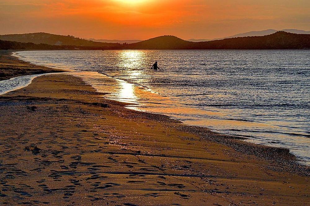 Ανατολή του ηλίου στο Σχινιά. Πάνω αριστερά στη φωτογραφία διακρίνεται το ποταμάκι που καταλήγει στη θάλασσα  | Φωτ.: Δημήτρης Πλιάγκος